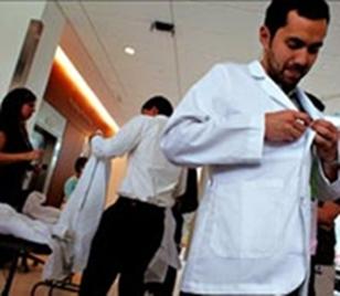 Daha Fazla Odaklanmak İstiyorsanız, Doktor Önlüğü Giymeyi Deneyin